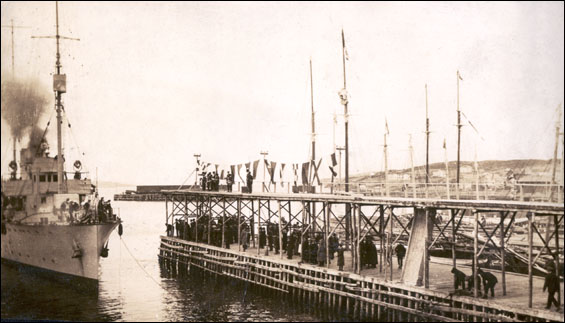 """Port Union&#8221 [Steamer pulling into wharf]"