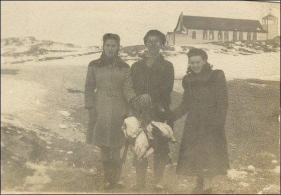 Ida Pomroy (left), Joe Hann (centre) and Minnie Pittman, holding turrs at Merasheen