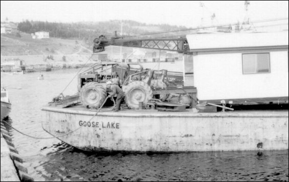 "Moving a house on the barge ""Goose Lake"""